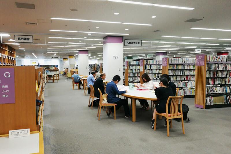 さいたま市立中央図書館 資料閲覧席