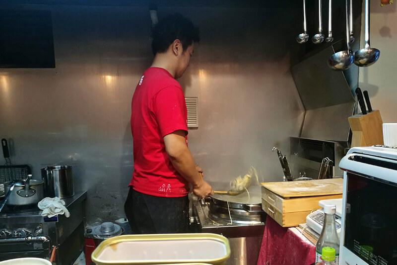 北浦和 柳麺 呉田(goden) 平ざるで麺を湯切りする