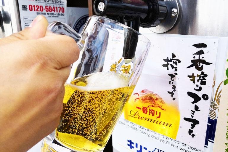 浦和伊勢丹ビアガーデン ビールを注ぐ