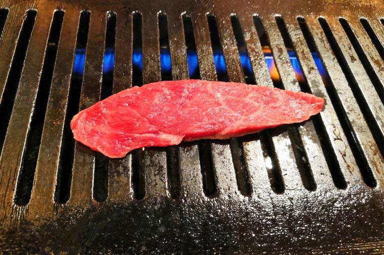 浦和 熟成和牛焼肉「丸喜」 肉を焼く