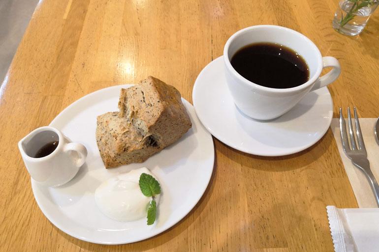Cafe D⁺(カフェ ディープラス)コーヒーと自家製ベイクをいただく