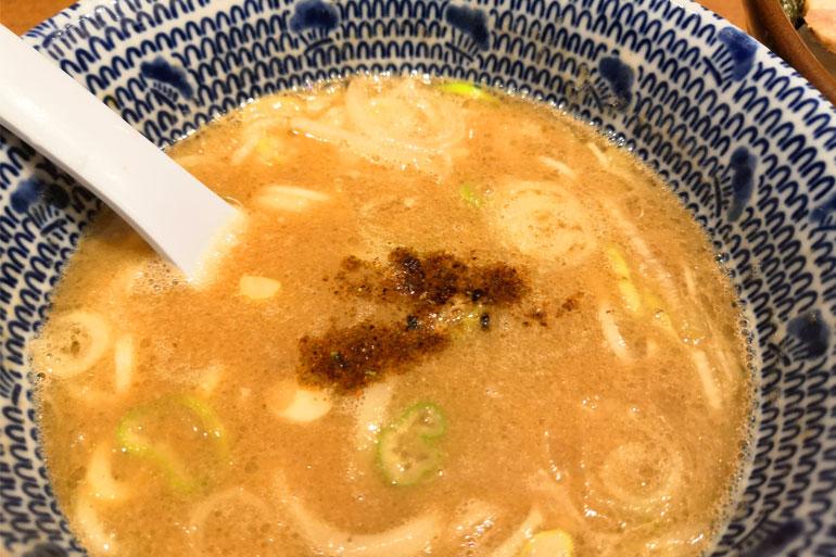 スープに特選焙煎黒七味を入れる