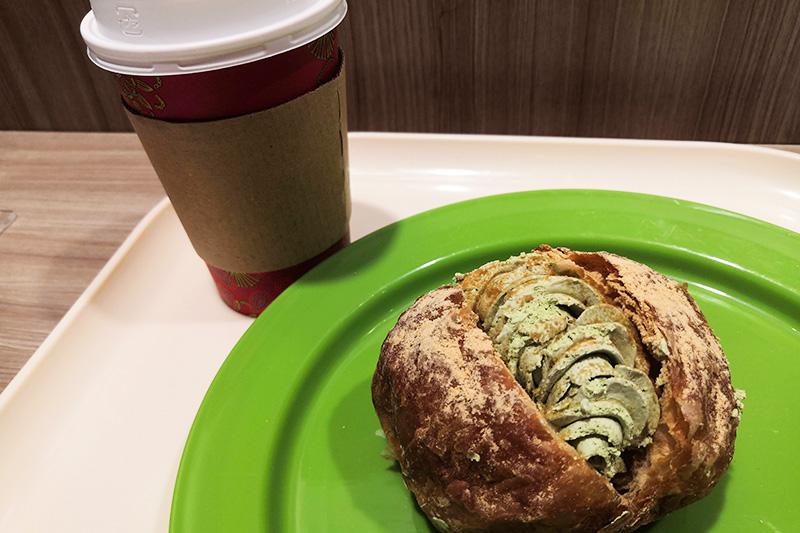 購入したコーヒーとパン