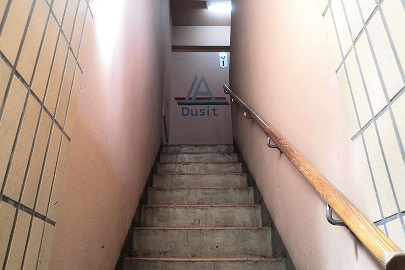 お店へ上がる階段