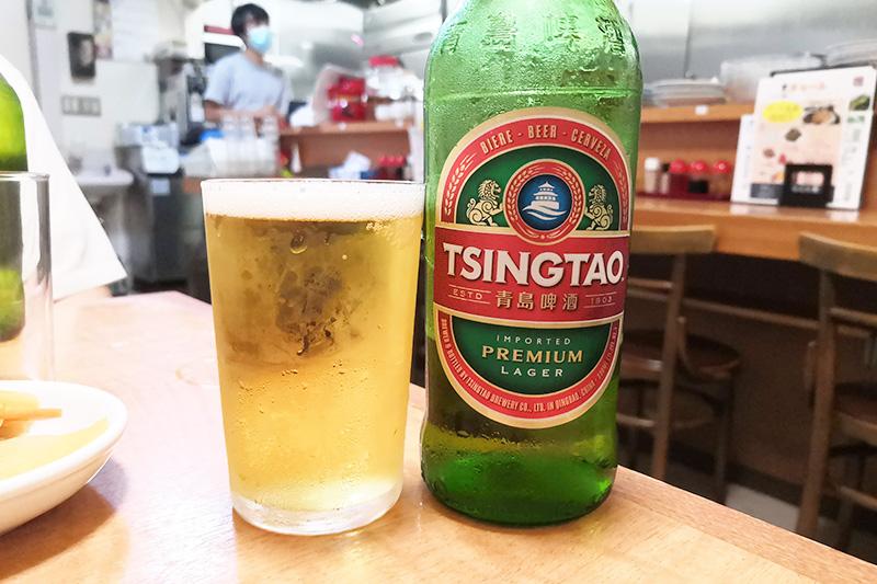 青島ビールを飲む