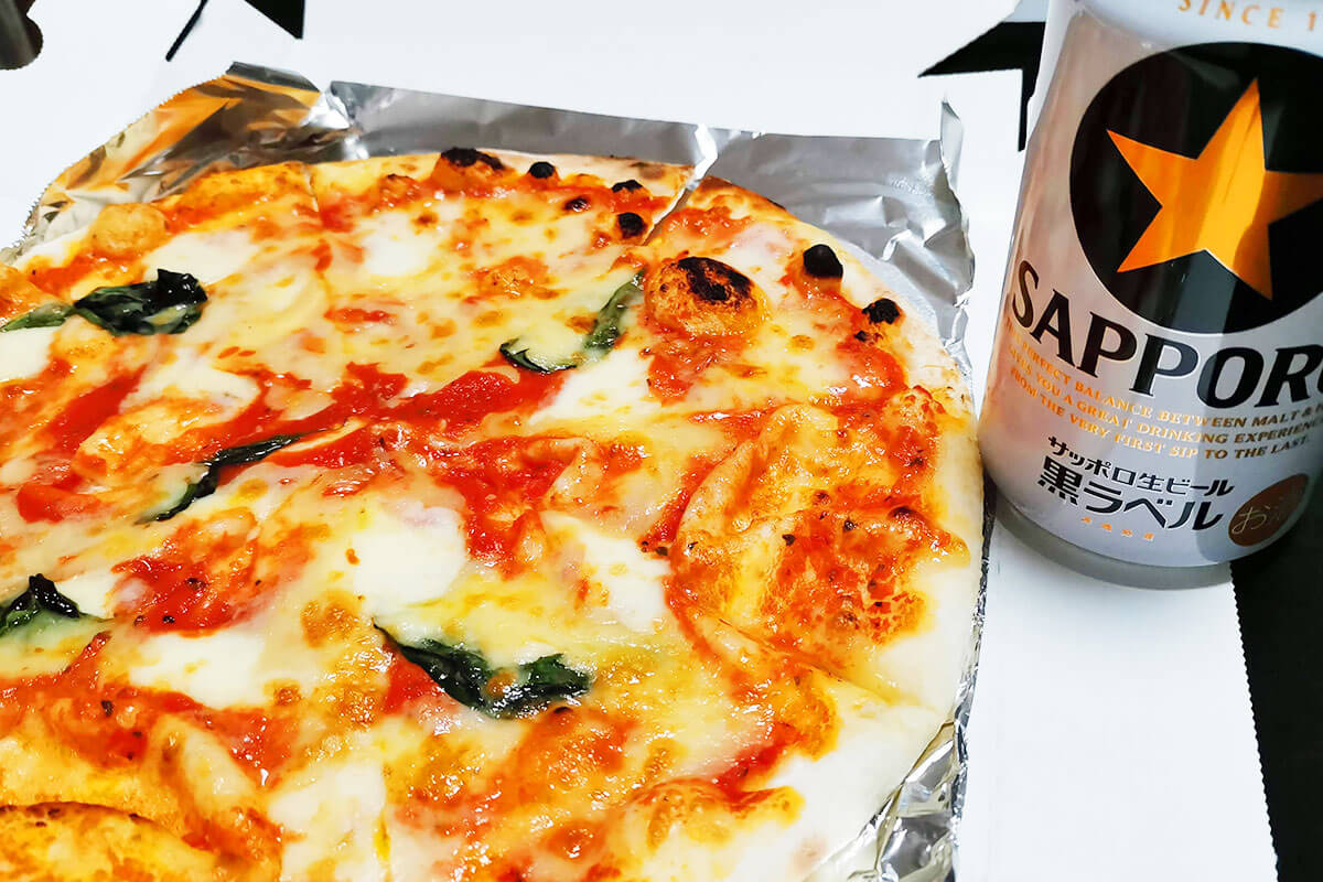 浦和コルソ地下「壁の穴」でピザをテイクアウトしてみた!新鮮サラダもあるよ