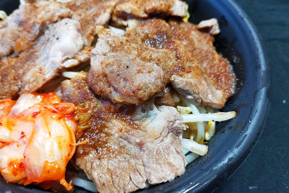 ジンギスカンのお店「カルニチン堂」で食べ応えあり!ラム肩ロースのジンギスカン丼