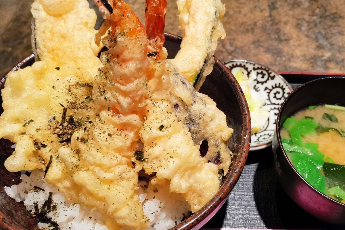 浦和で人気のさっぱり「塩天丼」カラッと揚がった天ぷらにプリっぷりの海老がウマい